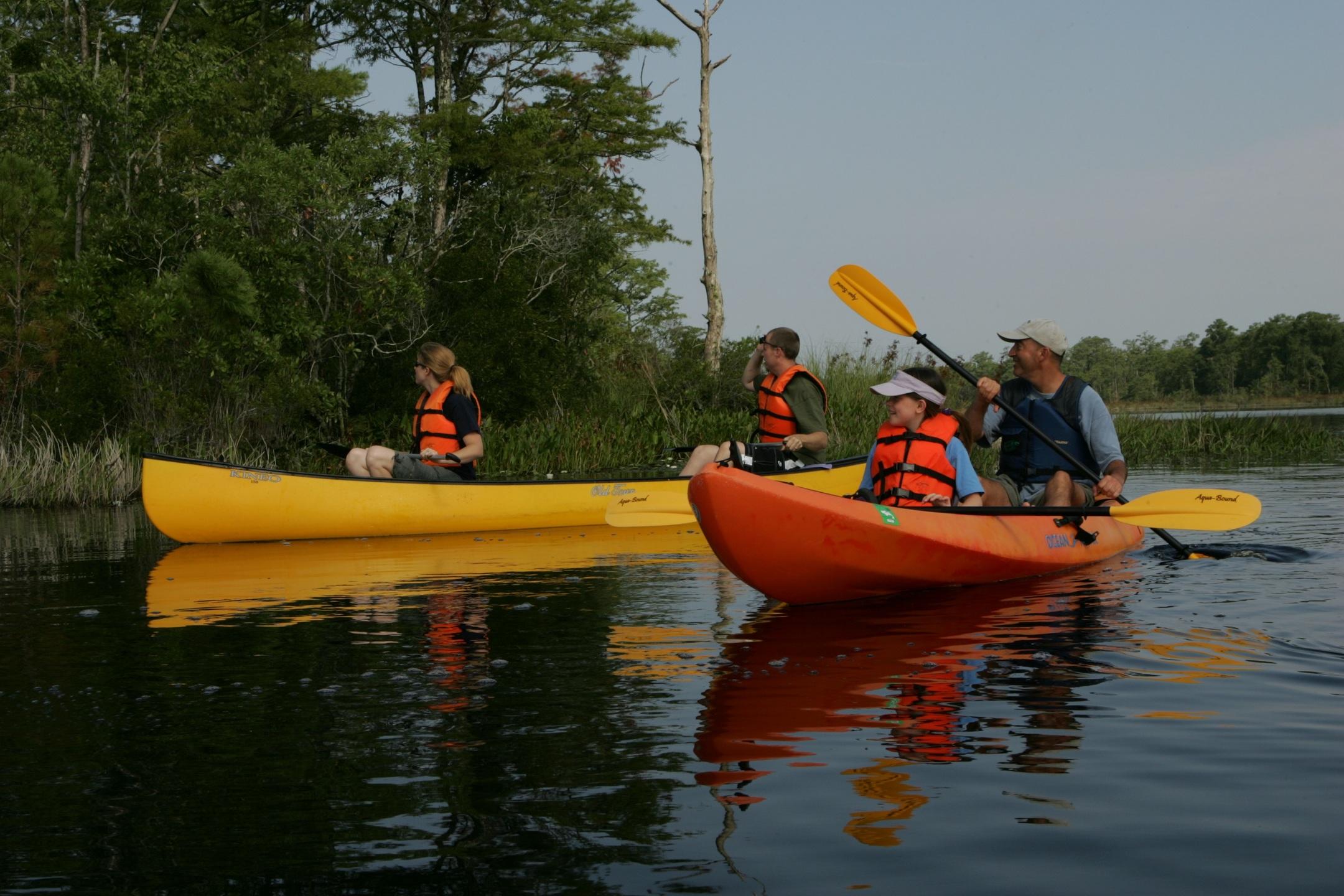 Каноэ и каяк — лучший выбор для активного отдыха на реке